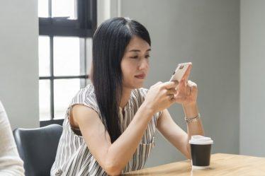 Nainen pelaa kasinopeleja puhelimella